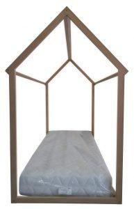Lettino per bambini di ispirazione montessoriana vista frontale. Immagine indicativa del letto montessoriano completo di materasso (acquistabile a parte)
