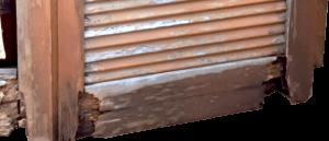 Persiana in legno malridotta